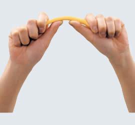 親指を添えて曲げると楽に曲がります。